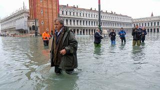 """فوضى البندقية.. المياه تغمر """"المدينة العائمة"""" وتتسبب بخراب واسع"""