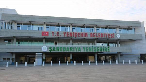 Haklarında yürütülen terör soruşturması kapsamında Diyarbakır'ın HDP'li Yenişehir ve Hazro belediye başkanlarının yerine görevlendirme yapıldı