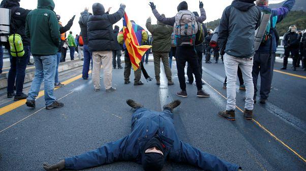 رجل يستلقي على الطريق السريع (أ ب 7) على الجانب الفرنسي من الحدود الإسبانية الفرنسية في 12 نوفمبر/ تشرين الثاني 2019