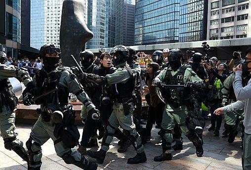 حمله پلیس به دانشگاه هنگ کنگ؛ شهر غرق دود و آتش شد