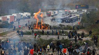 Agentes de policía llegan cuando miembros del grupo de protesta catalán Tsunami Democrático bloquean la autopista AP-7 en Girona, España, el 13 de noviembre de 2019.