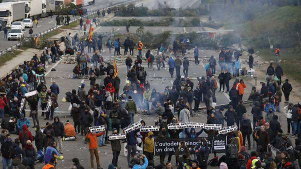 «Демократическое цунами» прекращает блокировать дороги