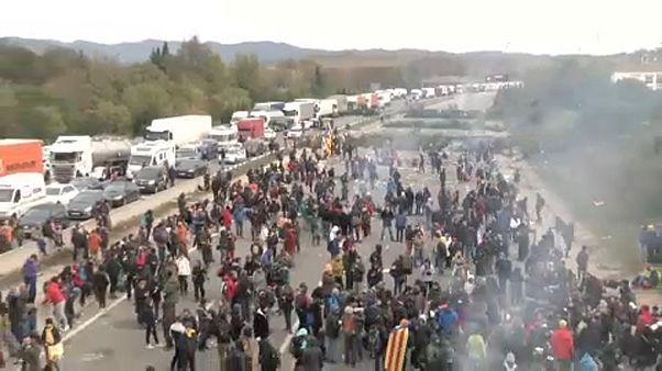 Újra eltorlaszolták az autópályát a katalán függetlenségi tüntetők