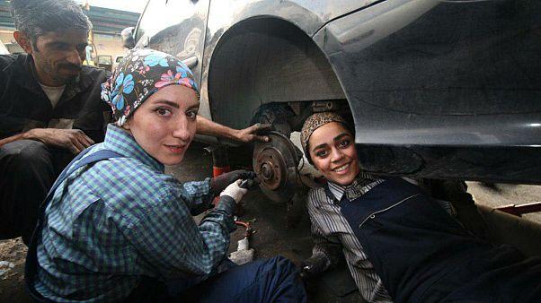 İran'da iki kadın araba tamircisi