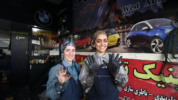 Iran, dopo la laurea due donne scelgono di diventare meccanico e riparare automobili