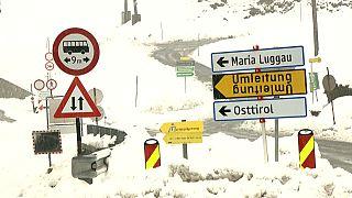 Heftiger Schneefall in Österreich: Verkehrsunfälle und andere Probleme