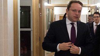 DK: Várhelyi megtagadta Orbánt