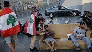 إغلاق أحد الشوارع خلال الاحتجاجات المستمرة المناهضة للحكومة في بيروت لبنان 13 نوفمبر/ تشرين الثاني 2019