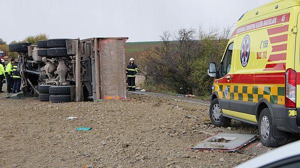 Buszbaleset Szlovákiában: legkevesebb 12 ember életét vesztette