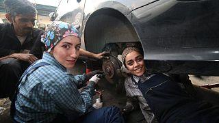 كيانا ياراحمدي ونيلوفر فرهمند في مرآب تصليح السيارات - طهران