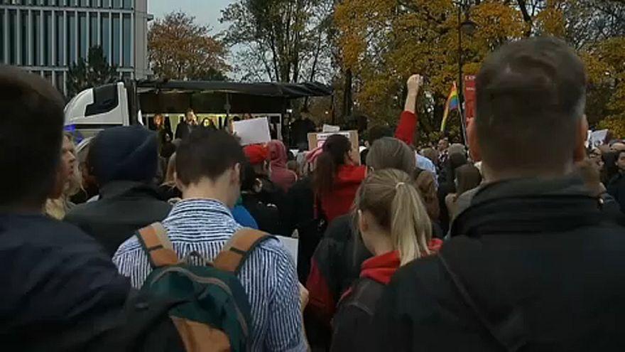 Les députés européens condamnent la criminalisation de l'éducation sexuelle en Pologne