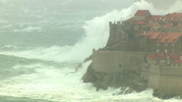 Hó és eső okoz fennakadásokat Európa-szerte