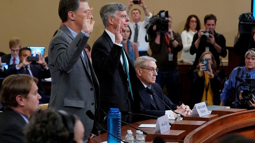 السفير الأميركي السابق لدى كييف (يمين) ويليام بيل تايلور والمسؤول المختص في الشؤون الأوكرانية جورج كِنْت خلال تأدية القسم في الكونغرس