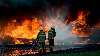 صورة من الأرشيف لأحد أنابيب النفط بعد انفجاره في إندونيسيا