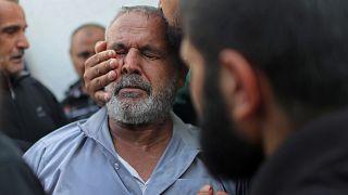 مواساة رجل فلسطيني إثر مقتل أحد أقربائه خلال غارة إسرائيلية على غزة - 2019/11/13 -