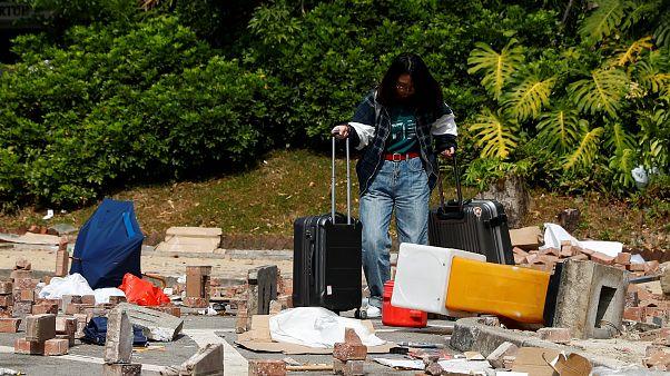 شاهد: طلاب يغادرون هونغ كونغ بعد تحول حرم جامعتهم إلى ساحة معركة