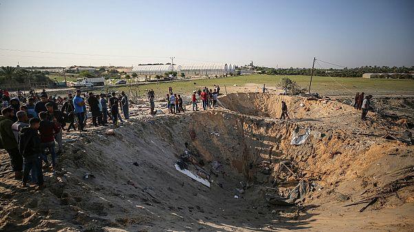 Deyr el-Belah kentinde saldırılar sonrası oluşan büyük çukurlar