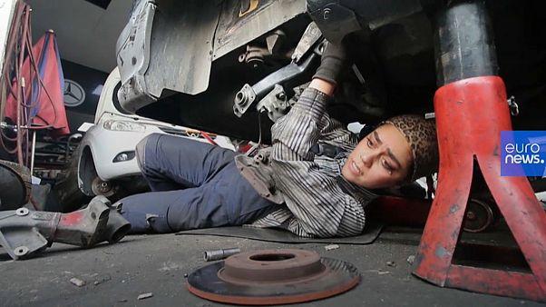 Frauen schrauben an Autos: Kfz-Mechanikerinnen (29) in Iran