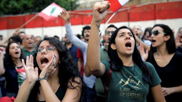 لبنانيون يتظاهرون أمام البنك المركزي اللبناني في بيروت – 2019/11/13 -