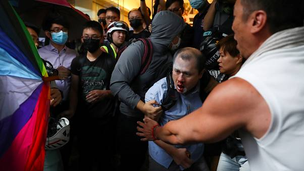 شاهد: متظاهرون ينهالون بالضرب على رجل رفض المشاركة في احتجاجات هونغ كونغ