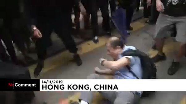 Un homme manque d'être lynché par les manifestants à Hong Kong