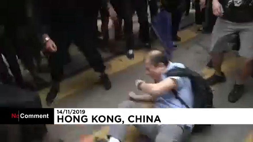 ویدئو؛ معترضان هنگکنگی مردی را تصور میکردند مخالف آنهاست کتک زدند