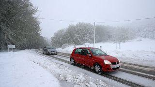 Archives - La circulation rendue difficile après des chutes de neige au col de Vizzavona, non loin de Bocognano en Corse, le 15 mai 2019