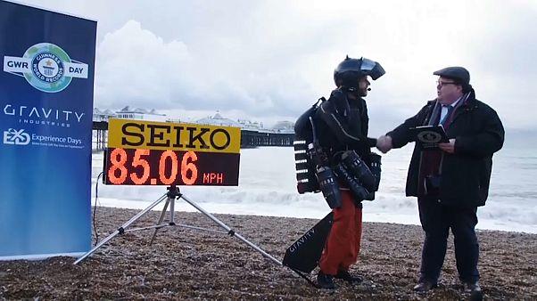 """شاهد: """"الرجل الطائر"""" يسجل رقما قياسيا جديدا بسرعة بلغت 86.05 ميلاً في الساعة"""