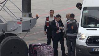 مطار إسطنبول الدولي بتركيا ويظهر أحد عناصر تنظيم الدولة الإسلامية ألماني الجنسية خلال ترحيله إلى برلين. 14/11/2019