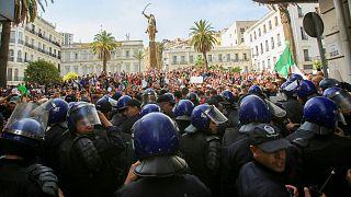 الشرطة الجزائرية أثناء مظاهرة في العاصمة الجزائر- أرشيف رويترز