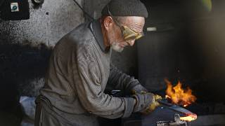 Muğla'da 77 yaşındaki Mustafa Yılmaz demir döverek hayatını kazanıyor.