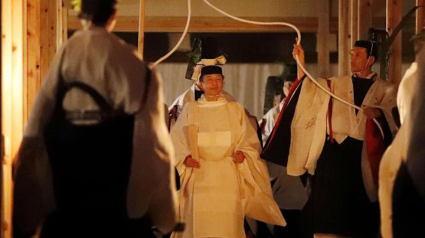 """شاهد: إمبراطور اليابان يقضي ليلة مع """" إلهة الشمس"""""""