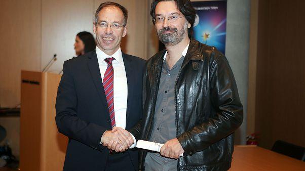 Ο Γιάννης Γιαγκίνης παραλαμβάνει το βραβείο του ΠΣΑΤ από τον γ.γ. Αθλητισμού, Γιώργο Μαυρωτά