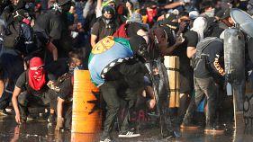 المتظاهرون يحتمون خلف الدروع أثناء احتجاج ضد حكومة تشيلي في سانتياغو، تشيلي 14 نوفمبر/ تشرين الثاني، 2019