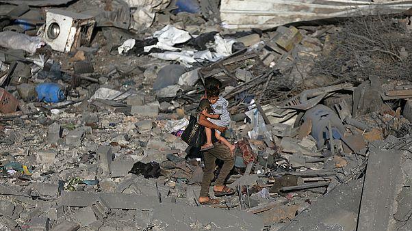 طفل فلسطيني يمر عبر ركام بيت تم قصفه 14-11-2019- أرشيف رويترز