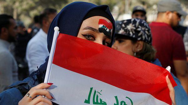 مشجعة لفريق العراق قبل بدء المباراة بين العراق وإيران على استاد عمان الدولي في عمان الأردن 14 نوفمبر/ تشرين الثاني 2018