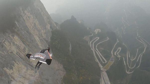 Dois franceses voam na fenda da Montanha de Tianmen