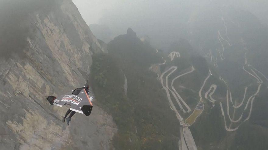 عبور دو مرد پرنده فرانسوی از دهانه کوه تیانمن چین