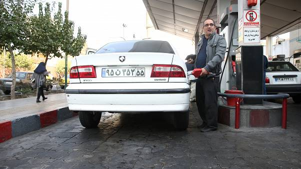 رجل يملأ خزان سيارته في محطة بنزين، بعد ارتفاع سعر الوقود في طهران، إيران، 15 نوفمبر/ تشرين الثاني 2019