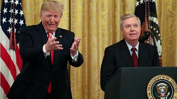 دونالد ترامب يمازح السيناتور ليندسي جراهام للتصويت لصالح المزيد من المرشحين للقضاة- أرشيف رويترز