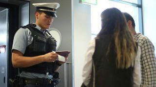شرطي ألماني يراقب جوازات السفر
