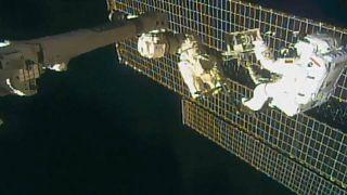 شاهد: رواد يقومون بالسير في الفضاء لإصلاح مطياف بالمحطة الدولية
