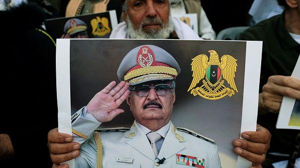 مواطن ليبي في بنغازي يرفع صورة قائد قوات شرق ليبيا خليفة حفتر.