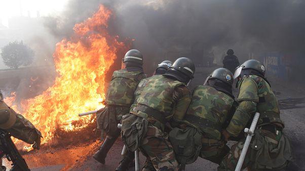 La Policía Militar frente a una barricada en Sacaba, cerca de Cochabamba, el viernes