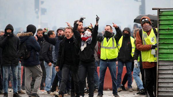 Blockaden, Krawalle, Tränengas: Gelbwesten-Protest zum Jahrestag