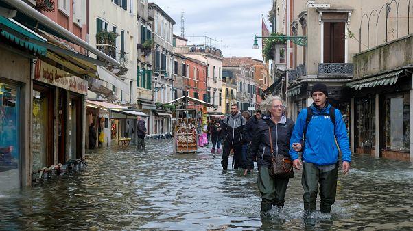 Yolsuzluk gölgesinde yarım kalan Mose projesi Venedik'i kurtarabilir mi?