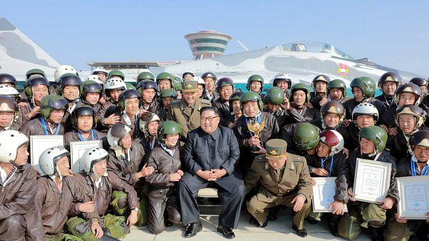 شاهد: زعيم كوريا الشمالية يحضر استعراضا عسكريا لطائرات مقاتلة ويقدم نصيحة لطياريه
