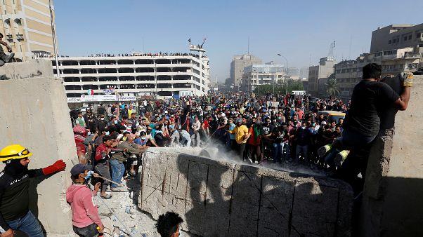 شاهد: متظاهرون عراقيون يسيطرون على جسر حيوي وسط بغداد بعد تراجع قوات الأمن