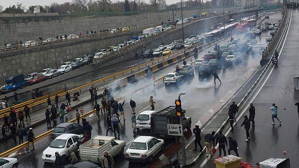 شاهد: احتجاجات في إيران بعد زيادة كبيرة في أسعار الوقود