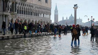 Der Markusplatz unter Wasser. Touristen schreckt das dennoch nicht ab.